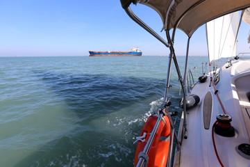 большой белый парус на яхте