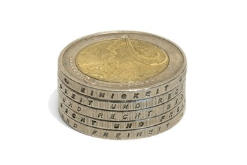 Gestapelte Euro Münzen mit den deutschen Wörtern - Einigkeit und Recht und Freiheit