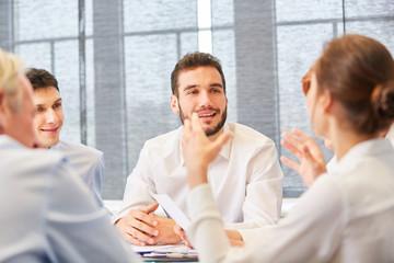 Geschäftsleute reden und planen zusammen