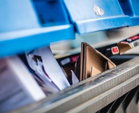 Voller Papiercontainer