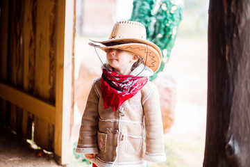a little girl in a cowboy hat