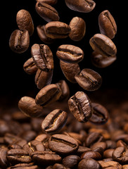 Stores à enrouleur Café en grains Falling coffee beans. Dark background with copy space