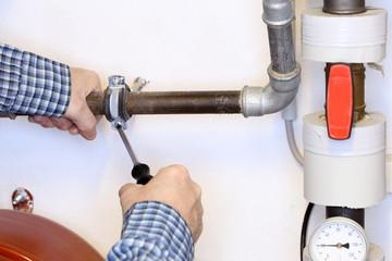 festschrauben einer Rohrleitung
