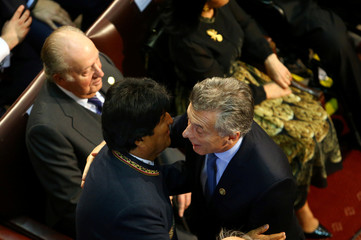 Bolivia's President Evo Morales talks to Argentina's President Mauricio Macri, next to Former King of Spain Juan Carlos I, at the inauguration ceremony of Chile's President-elect Sebastian Pinera at the Congress in Valparaiso