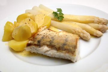 Zanderfilet mit Spargel und Kartoffeln