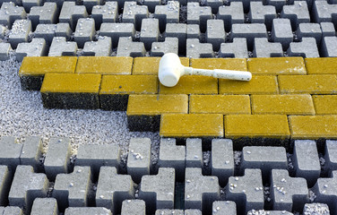 Rubber hammer for the laying of the floor resting on the pavement with self-locking after use