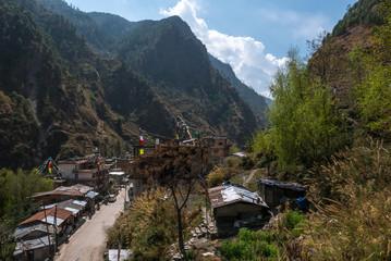 Bergdorf mit Hohe Berge und blauem Himmel in Nepal