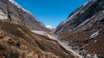 Landschaft mit Bergen und blauem Himmel
