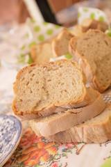 Fotobehang Brood fette di pane fresco sul tavolo