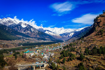 Photo sur Aluminium Bleu fonce View of Manali situated at a height of 6260 feet above sea level,it is one of the most popular, beautiful and awe-inspiring hill stations in India