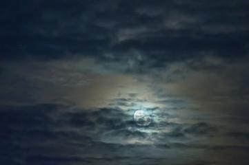 Księżyc na zachmurzonym niebie.