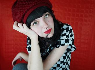 7cb059c3ce Preciosa mujer joven y pelirroja con actitud en una sesión de fotos en  estudio con fondo