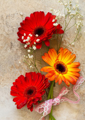 Photo sur Plexiglas Gerbera A bouquet of gerbera flower on a stone background or slate with copy space.