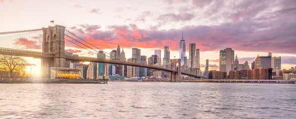 Fototapete - Beautiful sunset over brooklyn bridge in New York City