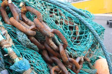 rostige Eisenkette und Fischernetz
