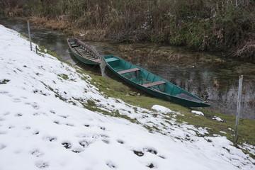 Barche sul fiume con neve