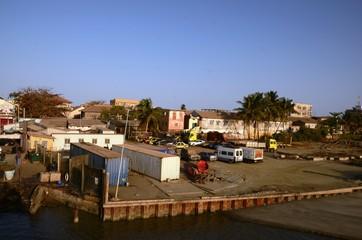 Embarcadère au lever du soleil du ferry de Banjul à Barra (Gambie)