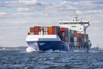 Containerschiff auf hoher See