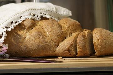 pane integrale su un tagliere di legno