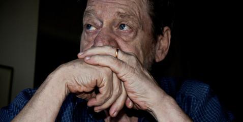 Uomo anziano, pensieroso, triste.