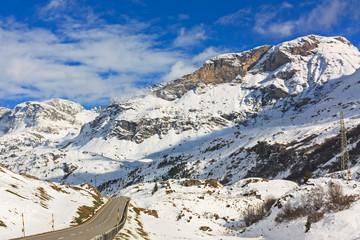 Berglandschaft in Graubünden, Schweiz im Oberhalbstein mit Julierpassstraße.Im Herbst nach Schneefall