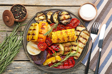 Photo Stands Grill / Barbecue Grilled vegetable on brown cutting board with rosemary, salt and pepper