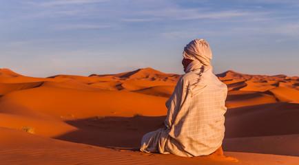 Berber beim Gebet in der Sahara bei Sonnenuntergang; Marokko