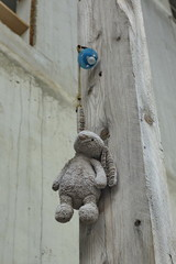 Doudou et tétine perdus accrochés au mur dans la rue.