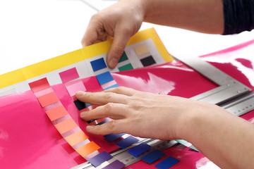 Projektowanie wnętrz. Architekt dopasowuje kolor farby