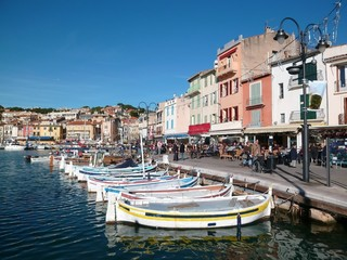 Pointus, barques de pêche traditionnelles, amarrés dans le port coloré de Cassis (France)