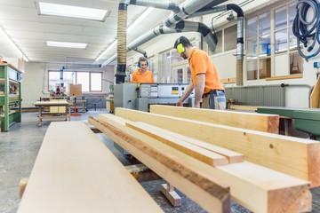 Die Tischler haben viel Arbeit mit dem Holz in der Schreinerei