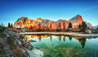 Photo sur Aluminium Lac / Etang Tofana di Rozes mountain ridge. Region Trentino Alto Adige, South Tyrol, Veneto, Italy. Dolomite Alps, famous travel destination in Europe. Vicinity of village Cortina D'Ampezzo and lake Limides.