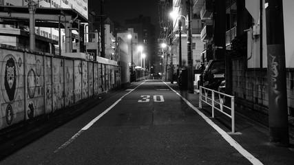 都会の夜、集合住宅の前にて