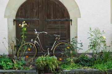 Fahrrad vor einem Scheunentor