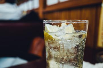 シュワシュワおいしそう。レモンサワーの入ったグラスグローズアップ