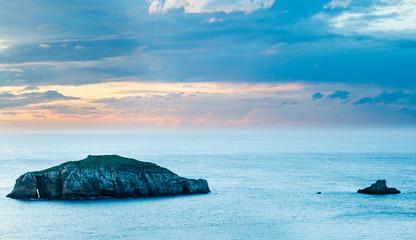 Isla Herbosa y Mar Cantábrico al amanecer. Cabo Peñas, Asturias, España.