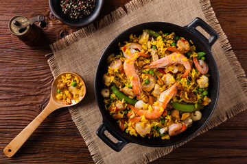 In de dag Klaar gerecht Traditional Spanish paella with seafood and chicken.