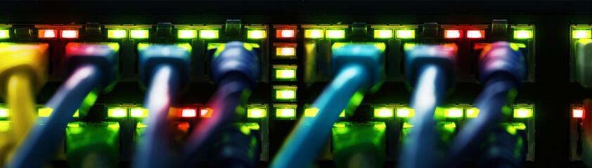 Netzwerkkabel verbunden mit einem Switch, Banner