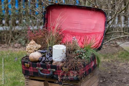 alter Koffer, Deko mit Blumen und Kerze\