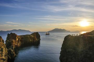 Wall Mural - Sonnenuntergang am Capo Milazzese mit Segelschiff