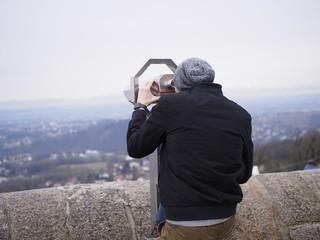 Fernrohr - Mann entdeckt die weite Welt
