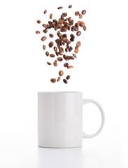 Tazza con chicchi di caffè volanti