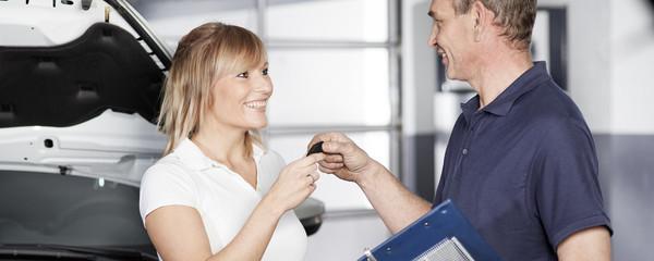 Kunden erhält Autoschlüssel nach Service