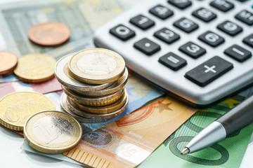 Euromünzen, Gledscheine und Taschenrechner