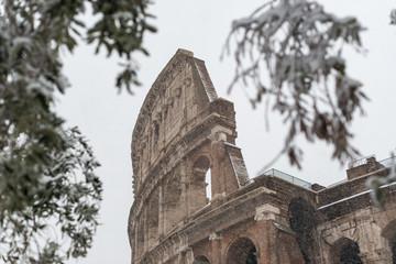 Il Colosseo sotto una forte nevicata a Roma
