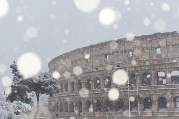 Il Colosseo durante una forte nevicata