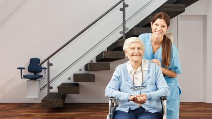 Seniorin und Krankenschwester im Haus mit Treppenlift