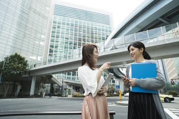 交差点で立ち止まって話をする女性たち
