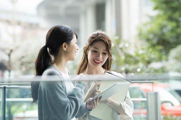街中で会話をする女性たち