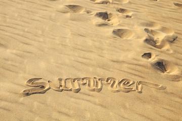 """summer"" in den Sand geschrieben"